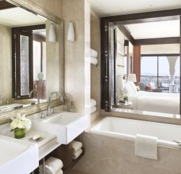 ROOM – Deluxe King Bathroom